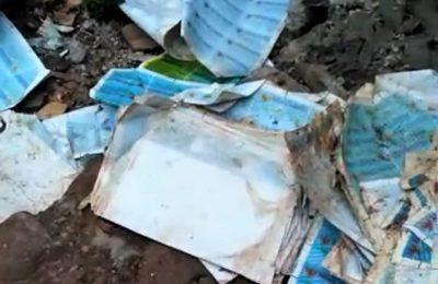 Tumpukan lapisan luar e-KTP yang ditemukan warga di sebuah bangunan bedeng. (foto:ltf)