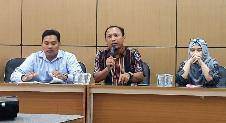 Ketua KPU Gresik H Akhmad Roni (tengah) didampingi Komisioner Neng Elvita Yulianti dan Cak Makmun. (foto:dik)