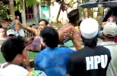 Misnalim yang terkapar jadi korban lemparan bondet saat dievakuasi ke rumah sakit. (Foto : abd)