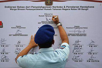 Kepala Rutan Bangil, Wahyu Indarto, yang menandatangani Deklarasi bebas narkoba dan handphone. (foto : abd)