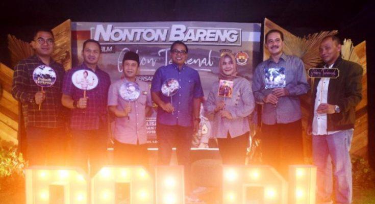 Para pejabat tinggi di Kabupaten Kediri nonton bareng film Pohon Terkenal di bioskop Golden Theater Kediri, Senin (25/3/2019) malam. (Ist)