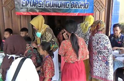 Sejumlah warga dan anak pelajar di Kecamatan Sukapura, saat dilakukan pemriksaan oleh Bidan Desa setempat, akibat abu vulkanik bromo.(foto: dic)