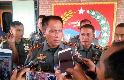 Panglima Kodam V Brawijaya Mayor Jenderal TNI R. Wisnoe Prasetja Boedi saat memberi keterangan di Kodim 0817 Gresik. (foto:dik )