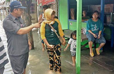 Wakil Ketua DPRD Gresik H Nur Qolib bersama Camat Benjeng Arif Wicaksono saat sidak ke lokasi banjir. (foto: dik)