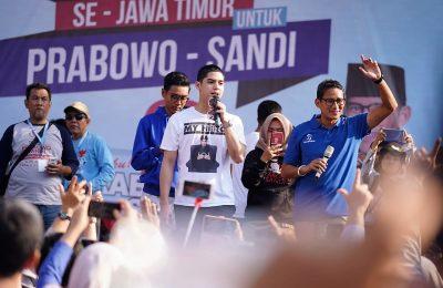 Sandiaga Uno bersama Al diatas panggung dalam acara senam pagi sehat dan silaturahmi akbar alumni SMK- SMA di jalan Wijaya Kusuma 48, Surabaya, Jawa Timur, Minggu (31/3/2019). (foto:ist)