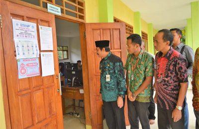 Wabup Gresik H Moh Qosim saat meninjau pelaksanaan UNBK SMK di Pulau Bawean. (foto:dik)