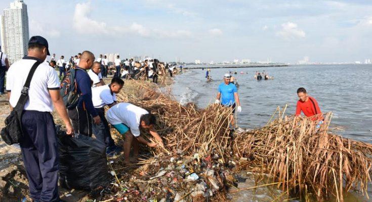 TNI AL bersama masyarakat membersihkan sampah di pantai pesisir Jakarta, Jumat (1/3/2019).