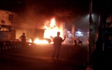 Truk pengangkut sampah terbakar di SPBU Jalan Imam Bonjol, Pontianak, Senin (4/3). (Foto/das)