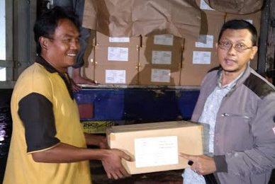 Penyerahan logistic Pemilu secara simbolis dari perwakilan PT Temprina Surabaya kepada ketua KPU Situbondo Marwoto. (Foto/fat)