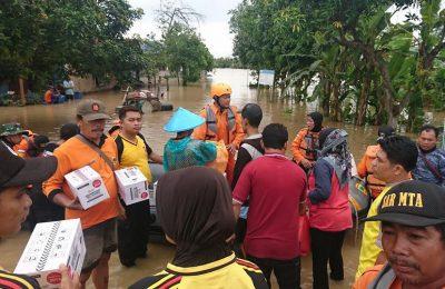 Penyaluran logistik dari posko ke wilayah pemukiman terdampak banjir. (Foto/Hap)