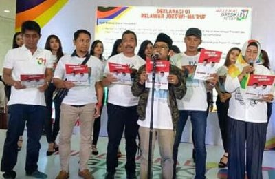 Ketua Milenial Gresik 01 Hasanudin Farid bersama Ketua GP Ansor Agus Junaidi, Ketua DPC PKB H Moh Qosim serta Ketua DPC PDIP Siti Muafiyah saat Deklarasi Dukung Jokowi-Ma'ruf. (Foto/didik hendri)