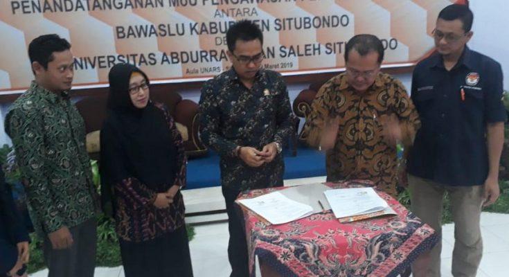 Penandatanganan Memorandum of Understanding (MoU) Badan Pengawas Pemilu (Bawaslu) Kabupaten Situbondo, denganUniversitas Abdurachman Saleh (Unars), dalam Minggu, (10/3). (Foto/fat)