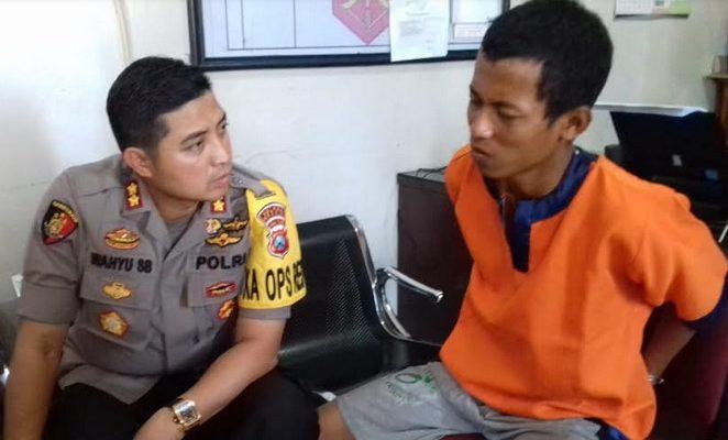 Kapolres Gresik AKBP Wahyu S Bintoro saat menginterogasi pelaku pembunuh ibu kandungnya sendiri. (Foto/didik hendri)