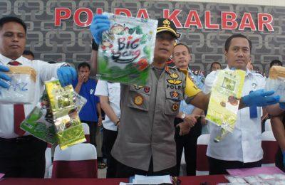 Barang bukti 4 kilogram narkoba jenis sabu dan 534 butir pil ekstasi, dari Malaysia yang berhasil disita polisi. (Foto/das)