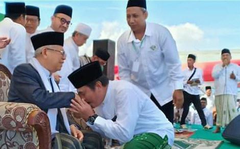 Cawapres KH Ma'ruf Amin bersama para kiai, ulama dan umaroh saat menghadiri Harlah NU ke-93 di Gresik. (Foto/didik hendri)
