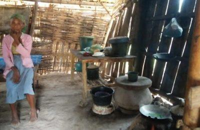 Nenek Suri dengan kondisi di dalam rumahnya. (Foto/Fat)