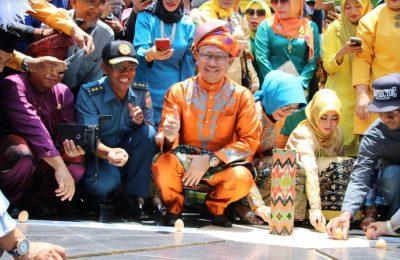 Wali Kota Pontianak, Edi Rusdi Kamtono bersama pengunjung mendirikan telur di tugu Khatulistiwa. (Foto/das)