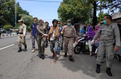 Petugas gabungan Dinas Sosial (Dinsos) dan Satpol PP Pemkab Situbondo, mengamankan orang gila (Orgil), yang berkeliaran di sejumlah jalan protokol  Kota Situbondo. (Foto/fat)