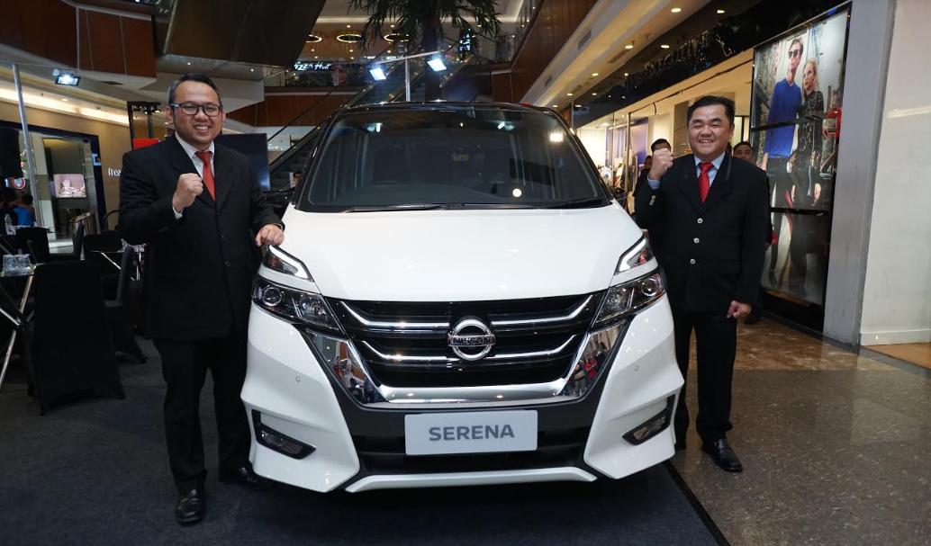 Ihsan Hafirudin, General Manager of Sales Nissan Motor Indonesia dan Go Tji Fong – Branch Manager of Nissan-Datsun Ayani Pontianak, pada acara peluncuran All New Nissan Livina dan All New Nissan Serena di Pontianak