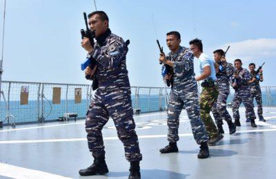 Prajurit TNI Angkatan Laut KRI Banda Aceh-593 melaksanakan latihan Visit  Board Search and Seizure (VBSS) di atas Geladak Heli KRI Banda Aceh(BAC)-593, di perairan Natuna, Kamis (21/3).