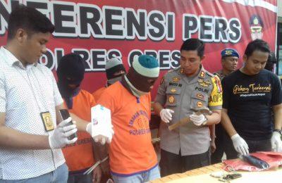 Kapolres Gresik AKBP Wahyu S Bintoro didampingi Kasat Reskrim Tiksnarto Andaru Rahutomo saat gelar perkara kasus pembunuhan. (Foto/didik hendri)