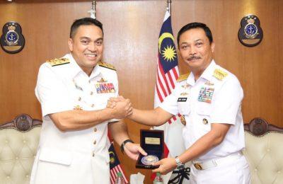 Kasal Laksamana TNI Siwi Sukma Adji, S.E., M.M., (kanan) bertukar cinderamata dengan Panglima TLDM Laksamana Datuk Mohd Reza bin Mohd Sany (kiri), di Wisma Pertahanan Kuala Lumpur Malaysia, Kamis (21/3).