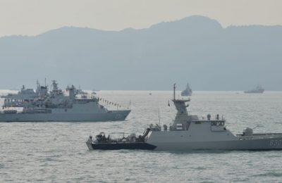 KRI Banda Aceh-593 dan KRI Halasan-630 tdi perairan Porto Malai, Langkawi, Malaysia, Senin (25/3).