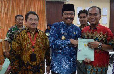 Wabup Gresik H Moh Qosim bersama Kepala Kantor Pertanahan saat menyerahkan sertifikat kepada masyarakat pulau Bawean Gresik. (Foto/didik hendri)