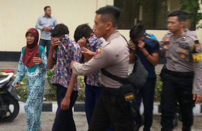 Belasan siswa dari tiga  SMP di Kota Situbondo, saat diamankan dan diberi pembinaan oleh petugas Polres Situbondo (Foto/fat).