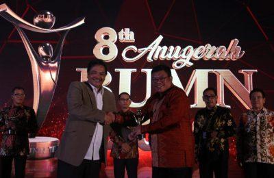Direktur Pemasaran PG Meinu Sadariyo saat menerima penghargaan Anugerah BUMN 2019. (Foto/didik hendri)