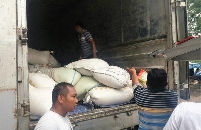 Truk berisi beras yang akan digelapkan tengah diamankan petugas. (foto:fat)