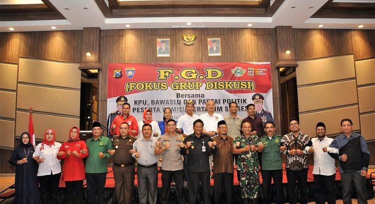 Bupati Gresik Sambari Halim Radianto foto bersama para Ketua Partai Politik serta tim sukses . (foto: dik).