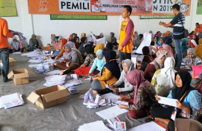 Komisi Pemilihan Umum (KPU) Kabupaten Situbondo, mulai  melakukan penyortiran dan melipat terhadap surat suara  untuk pemilihan umum (Pemilu) serentak, (foto:fat)