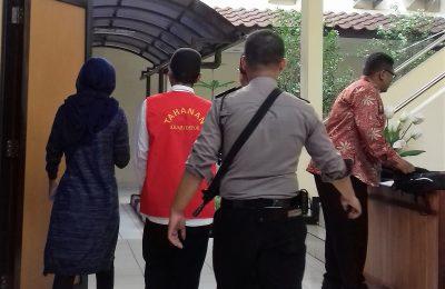 Terdakwa usai mengikuti sidang di Pengadilan Negeri Depok. (foto:ltf)