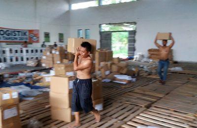 Komisi Pemilihan Umum (KPU) Kabupaten Situbondo, mendistribusikan logistik Pemilu. (foto:fat)