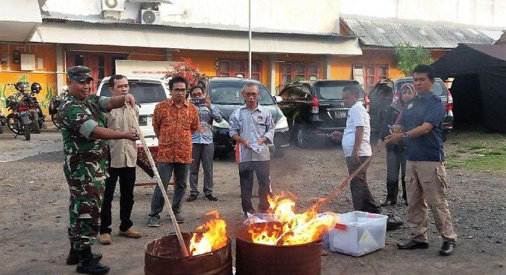 Komisi Pemilihan Umum (KPU) Kabupaten Situbondo, bersama anggota Forkopimda , dan Bawaslu,  membakar 1.412 surat suara Pemilu , yang dinyatakan rusak. (foto:fat)