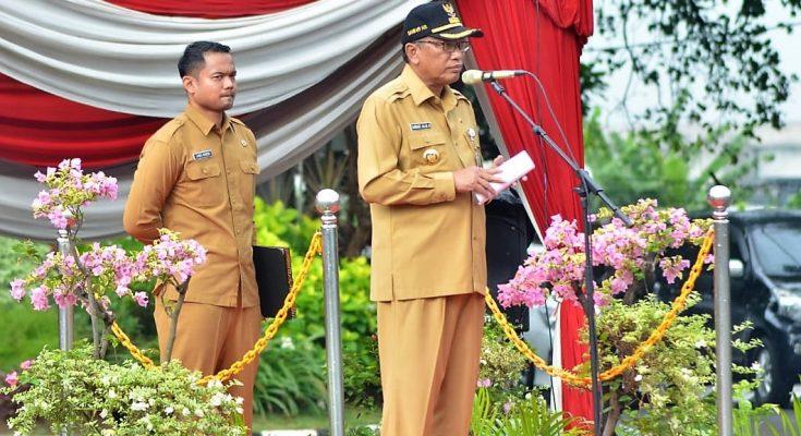 Bupati Gresik Sambari Halim Radianto didampingi Ajudan Brigadir Atwil Waseso saat memimpin upacara. (foto:dik)