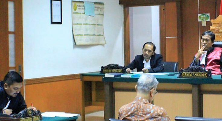 Terdakwa Muljono TEdjokusumo saat mendengarkan tuntutan Jaksa Penuntut Umum Tigor Sirat dalam sidang pemalsuan surat tanah di Pengadialan Negeri Jakarta Barat. (foto:ist)