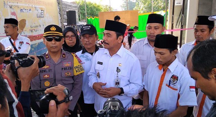 Wabup Gresik H Moh Qosim bersama Muspika, Panwas dan PPK Kebomas saat memantau Pemungutan Suara. (foto: dik)