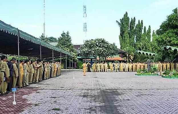 Bupati Situbondo Dadang Wigiarto, menjemur  24 pejabat dilingkungan Pemkab Situbondo, yang diketahui kinerja sangat buruk. (foto:fat)