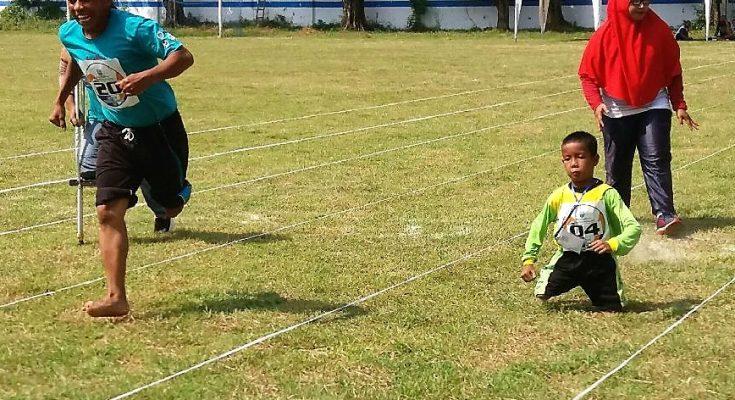 Para kaum difabel, saat ikut lomba lari di Stadion GMS Situbondo. (foto:fat)