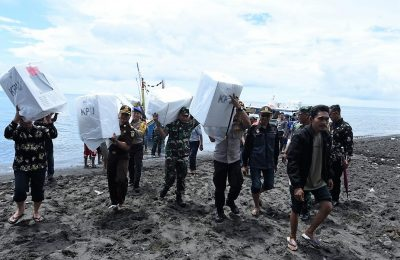 pendistribusian logistik Pemilu serentak Tahun 2019, yakni ke Dusun Merak, Desa Wonorejo, Kecamatan Banyuputih, Situbondo, Jawa Timur. (foto:fat)