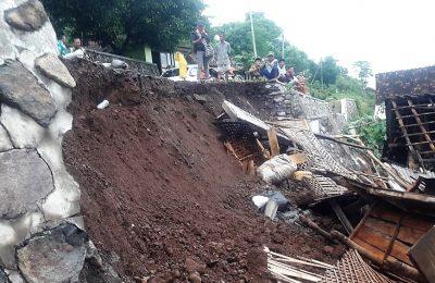 plengsengan sepanjang 11 meter di Dusun Tegal Manik, Desa Gunung Putri, Kabupaten Situbondo, Jawa Timur longsor Minggu (31/3/2019). (foto:fat)