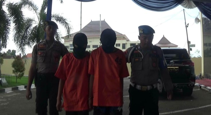 Dua pelaku saat digelar pres rilis di Mapolres Probolinggo Jawa Timur.(foto: dic)