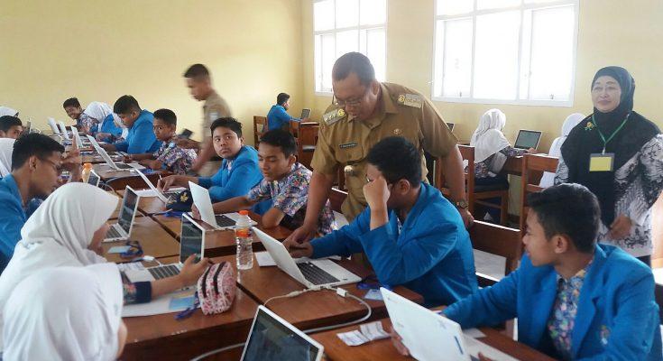 Bupati Situbondo Dadang Wigiarto, Kamis (25/4/2019) memantau Ujian Nasional Berbasis Komputer (UNBK)  di salah satu  SMP di Kabupaten Situbondo.(foto:fat)