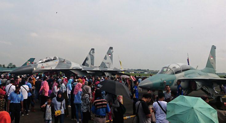 Masyarakat berbondong bondong ingin melihat dari dekat berbagai jenis pesawat tempur milik TNI AU yang dipamerkan di LAnud Iswahjudi. (foto:hap)