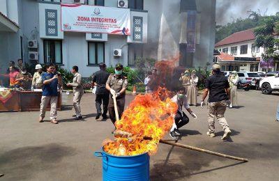 Kejaksaan Negeri Depok memusnahkan barang bukti narkotika di halaman gedung Kejari, depok. (foto:ltf)
