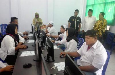 Peserta lanjut usia  mengikuti Ujian Nasional Berbasis Komputer (UNBK) kejar paket C setara SLTA di Kabupaten Situbondo. (foto:fat)