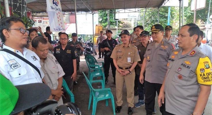 Kapolda Metro Jaya Irjen Gatot Eddy Pramono mendatangi Panitia Pemilihan Kecamatan (PPK) Pancoran Mas, Selasa (23/4/2019).  (foto:ltf)