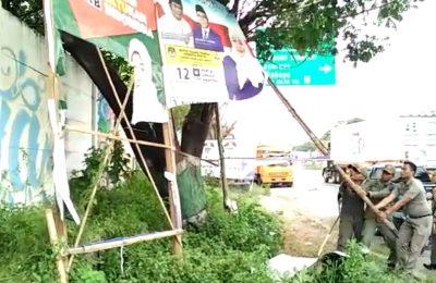 Bawaslu bersihkan alat peraga kampanye. (foto:abd)